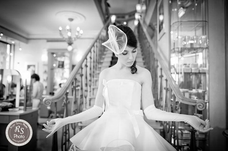 La mariée met ses gants blancs devant l'escalier du salon de coiffure Bogatti près de la Tour Eiffel - Paris  #RSPhoto - photographe mariage