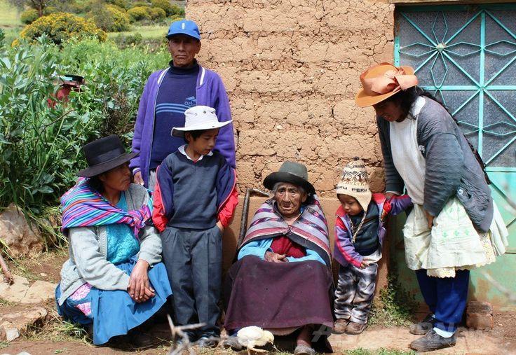 ペルー・ワンカベリカ(Huancavelica)州の自宅前で写真撮影に応じた1897年12月20日生まれで現在116歳とされるフィロメナ・タイペ・メンドーサ(Filomena Taipe Mendoza)さん(中央)とその家族(2014年4月30日撮影、ペルー開発・社会包摂省提供)。(c)AFP/MIDIS/HO ▼3May2014AFP|ペルーに暮らす女性、世界最高齢か 116歳4か月 http://www.afpbb.com/articles/-/3014113 #Huancavelica #Filomena_Taipe_Mendoza #116_year_old
