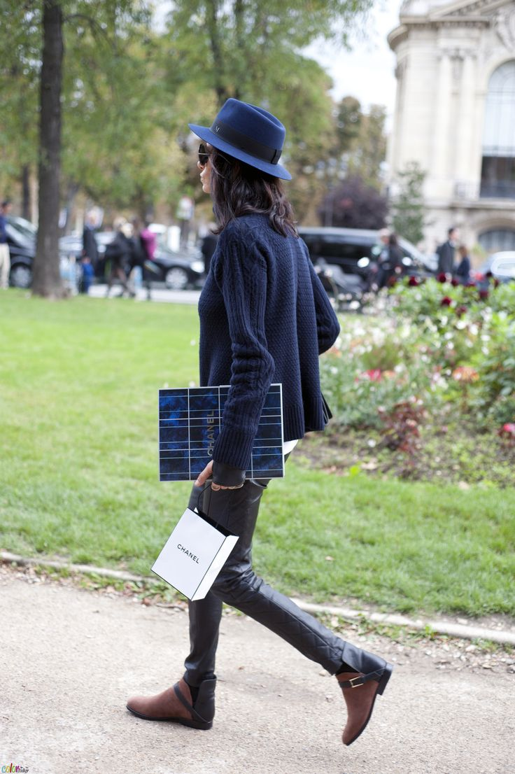 supremely cool in navy & black. Paris.