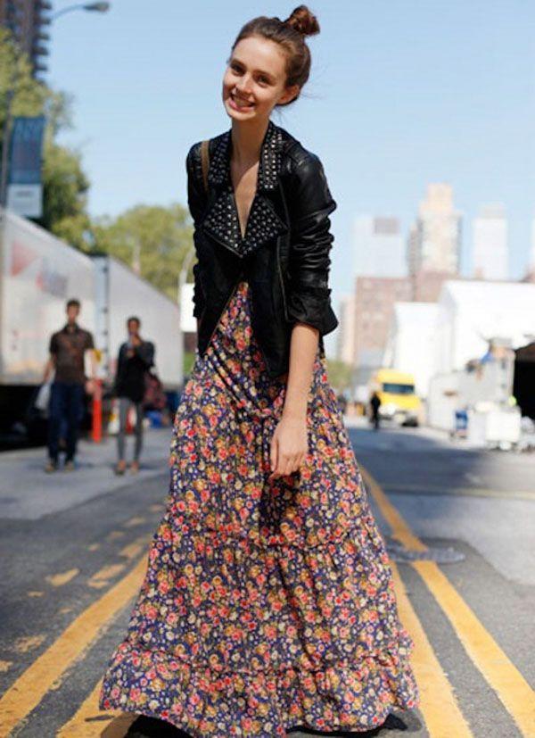 Mix de romântica e rocker com o maxi vestido floral e jaqueta de couro.