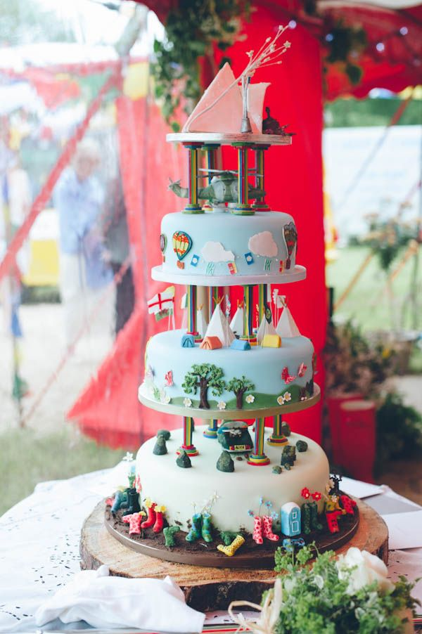 I'm not sure what's happening on this wedding cake but I love it!