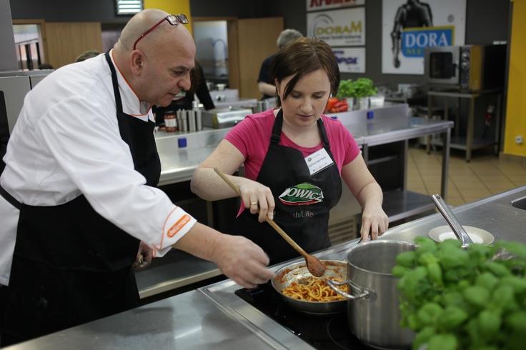 Uczestnicy warsztatów mogli liczyć na pomoc naszego eksperta od kuchni włoskiej.
