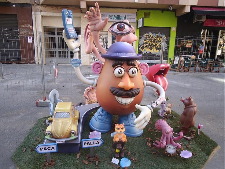 El personaje principal es el Señor Potato, elegido por ser un juguete conocido que se desmonta por piezas en representación de los cinco sentidos.