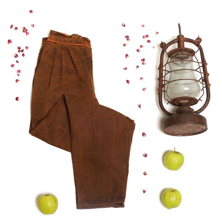 Осень остановись! Мы еще не насладились твоим теплом и цветом! Нам срочно нужно выгулять эти оранжево-коричневые брюки-бананы от #Metamorphosis. Ведь они так красиво смотрятся и с белой рубашкой и с теплым осенним свитером