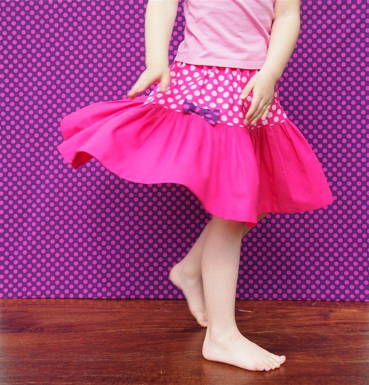 """dívčí sukně *4 dívčí sukýnka pro holčičku, která se chce oblékat jako její panenka sukně je 38cm dlouhá, v pase stažená do gumy na obvod pasu 52cm, odpovídá dívčí velikosti 94 až 116 a ano, sukýnka je """"točivá""""! pokud by jste chtěli rozměry upravit, prosím napište to do poznámky můžete si také zvolit barvu mašličky, místo fialové, která je fotce, může být ..."""