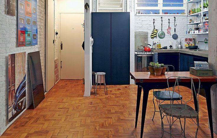 taco de madeira e móveis desgastados criam um contraste - Revista Casa e Jardim