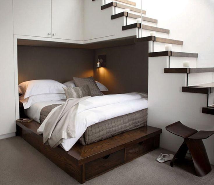 coin couchage installé dans la niche murale sous l'escalier - une idée élégante et gain de place