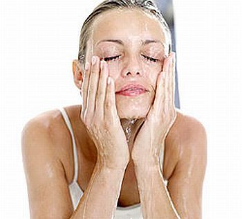 """como fazer lifting facial caseiro: """"Lave o rosto com sabonete neutro e em seguida aplique uma compressa de gaze umedecida em chá de camomila gelado. Deixe agir por cinco minutos. Depois aplique uma máscara feita com clara de ovo levemente batida. Retire com água gelada após 15 minutos.""""."""