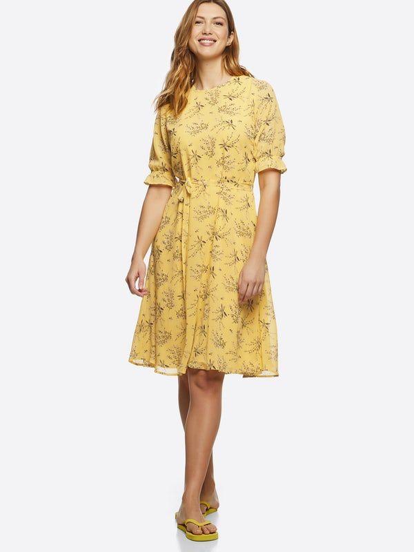 490cd091 Blomstermønstret kjole i myk, fallende kvalitet med kort skjørt og korte  ermer med elastisk strikk
