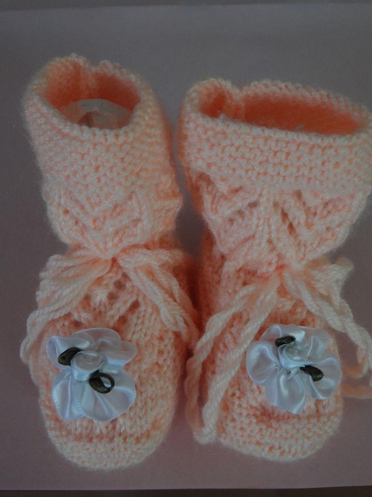 CHAUSSONS BEBE ORANGE CLAIR DECORE DE FLEUR BLANCHE. : Mode Bébé par douceurs-de-lilirose