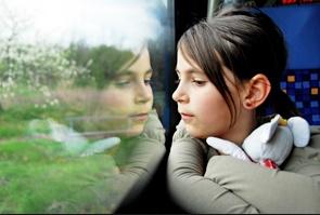 Tyttö katsoo ikkunasta 2