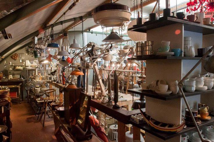 WERK IN DE WINKEL: Een overvloed aan lampen en mooie, tweedehands design en antiek meubelen bij Werk in de Winkel! Heel veel vintage, design, curiosa en antiek onder 1 dak in deze prachtige winkel in Zeeburg.