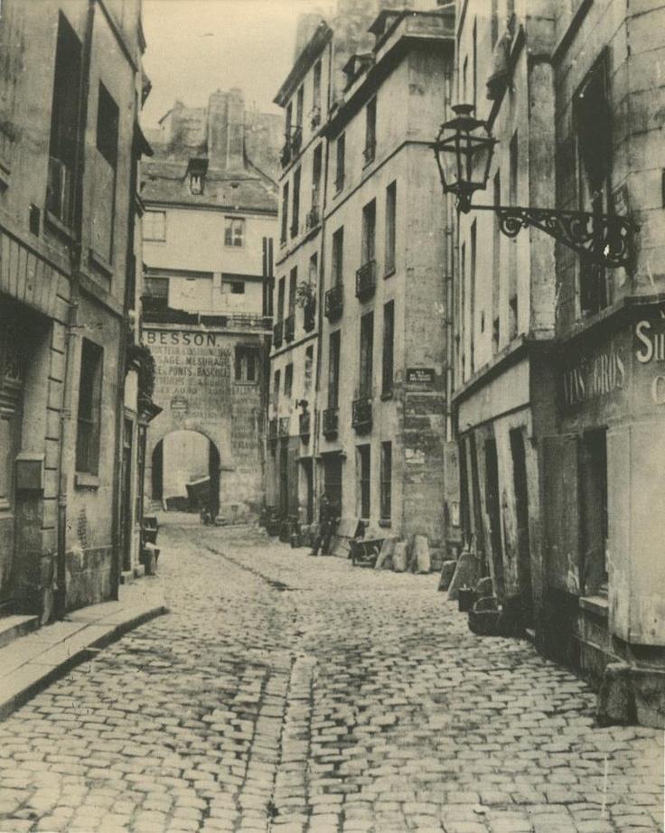 La rue Haute-des-Ursins, vue de la rue Saint-Landry, en 1860. On aperçoit à droite la rue du Milieu-des-Ursins. Toutes ces petites rues sur l'Île de la Cité ont disparu lors de la construction du nouvel Hôtel-Dieu, à partir de 1866. Une photo de Charles Marville.