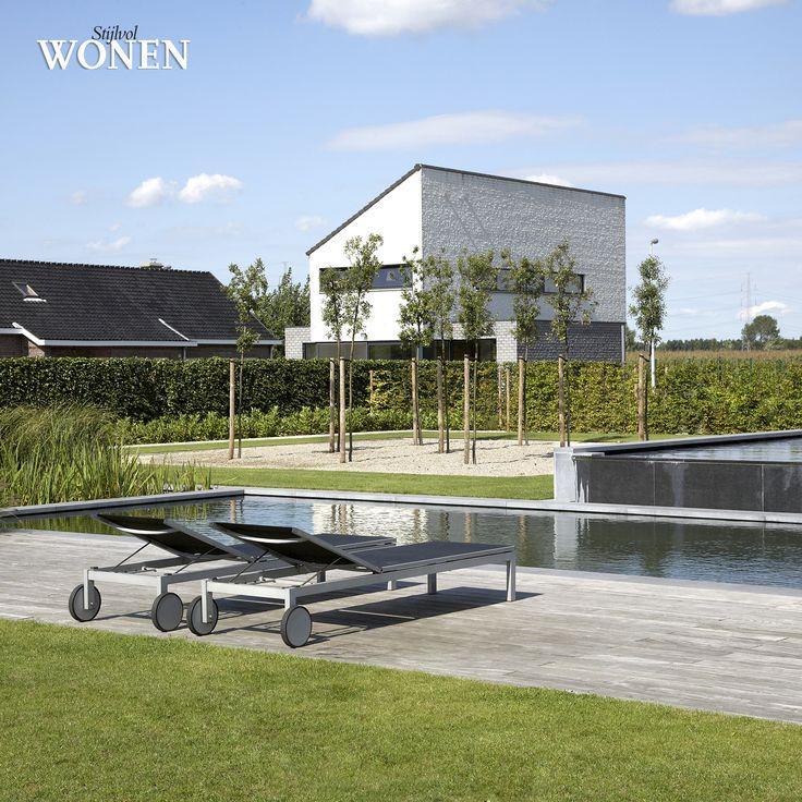 Stijlvol Wonen: het magazine voor warm-hedendaags wonen - ontwerp: Tuinteam - fotografie: Sarah Van Hove, Dorien Ceulemans, Jonah Samyn #outdoor #zwemvijver #terras #hout #ligstoelen