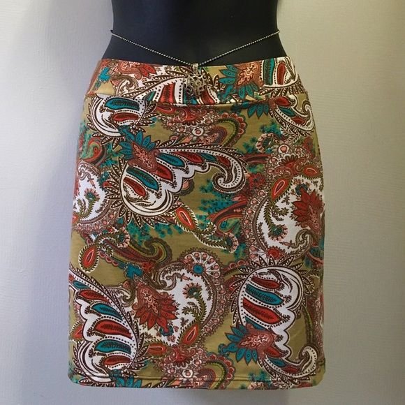 "Bodycon boho bohemian mini skirt XS/S price firm-NO trades . cotton fabric. Beautiful boho gypsy inspired parsley print. Measures flat layered. Waist 11"". Lenght 15"". Made in Colombia.New with tags. Perfect for coachella or  festival season Colombian Skirts Mini"