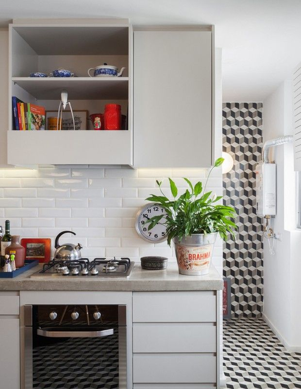 A cozinha ganhou revestimento de ladrilho hidráulico, da loja Vianarte, em Pinheiros, que tem continuidade na parede da lavanderia e cria esse efeito de unidade visual. O revestimento da parede é da linha Liverpool, da Portobello.