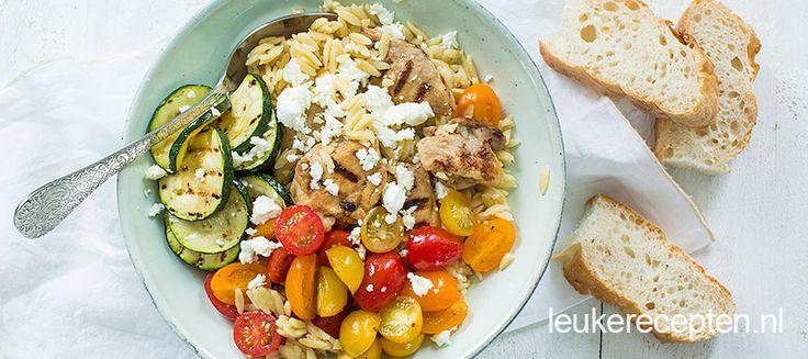 """""""Deze pasta in de vorm van rijst is lekker licht en smaakt heerlijk met deze gegrilde kip en courgette """""""