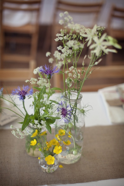 Wilde bloemen in lege jampotjes en pastasaus flessen | Wild flowers in empty jars/bottles.