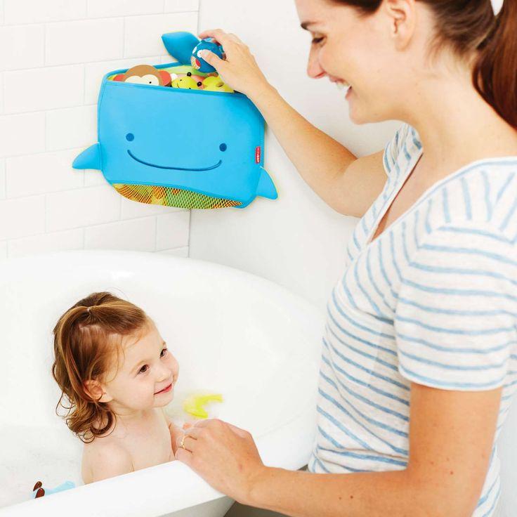 Moby hörnförvaring från Skip Hop för badleksaker har en smart design som tar minimalt med plats i badrummet. Denna rymliga förvaring är lätt att hålla ren och gör det busenkelt att förvara badleksakerna.