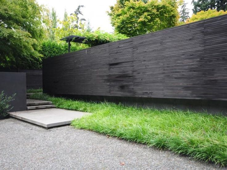 Minimalist house fence design with black color veda es for Minimalist house fence