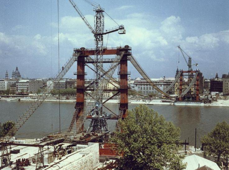 Építésekor átalakították miatta a pesti belvárost, aztán csodájára járt a fél világ. A második világháborúban majdnem teljesen megsemmisült, utána évekig a Bözsi nevű átmeneti átkelő pótolta. A közelmúlt átadott díszkivilágítását félig a japánoknak köszönhetjük. Emlékek és történetek az Erzsébet hídról.