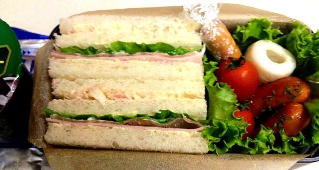 サンドイッチの具材がマンネリ気味です。。。(。>﹏<。) - 38件のもぐもぐ - 朝弁。ツナ&生ハム・ロースハムのサンドイッチ&ウインナー・チーチク・スモークチーズ・トマト+ポタージュスープ+コーヒーゼリー。 by monamama
