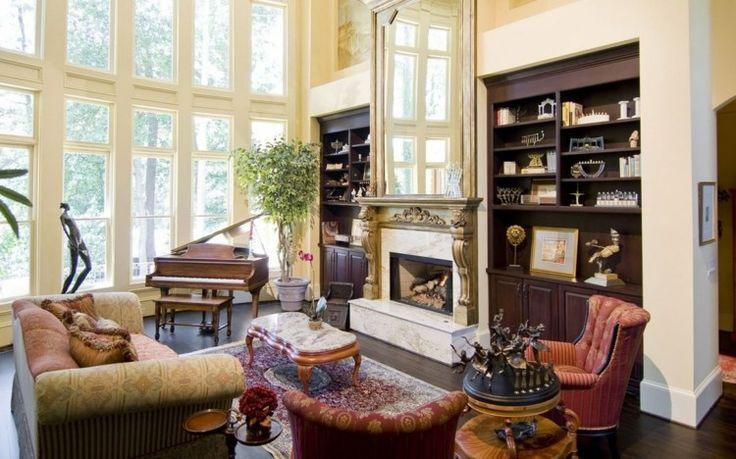 déco victorienne de salon avec cheminée