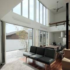 2010 HMC House: AtelierorB  が手掛けたモダンリビングです。
