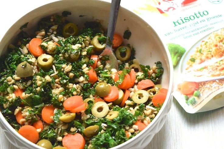 Salade van haverrisotto en boerenkool Men neme (voor 2 personen): – 1 zakje Zonnatura risotto met haver, rijst en groente – 100 gram gesneden boerenkool – 1 flinke hand pittenmix (ik ben voor pijnboom- pompoen- en zonnebloempitten gegaan) – 3 wortels – 1 flinke hand groene olijven – peper, zout en extra vierge olijfolie