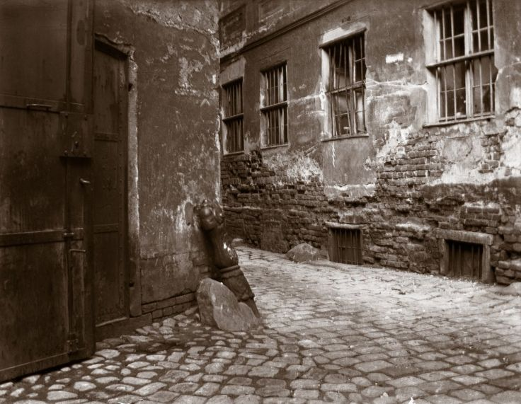 Heinrich Zille:  Großstadtpflaster: Hausecke und Mauer im Krögel. Aufnahme von 1902.