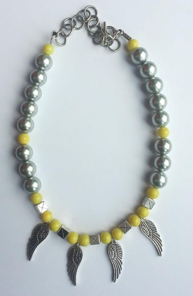 Colier handmade creat din perle argintii si galben neon cu pene din argint tibetan.