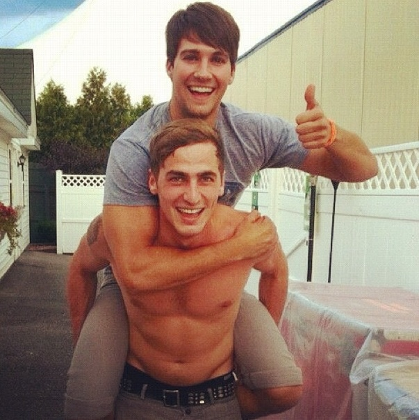 Kendall is freaking shirtless!!!!!! I CAN'T EVEN!!!!!!o   but i thank u can so came on