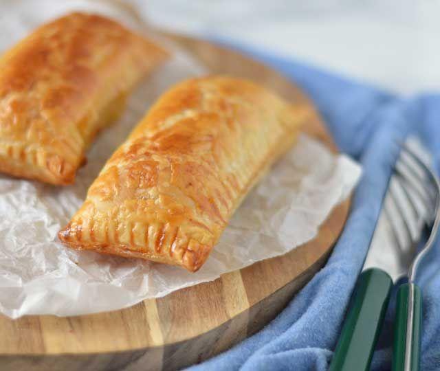 Zelfgemaakte Saucijzenbroodjes. Op zich zijn saucijzenbroodjes helemaal niet moeilijk om te maken. Bladerdeeg met lekker gekruid gehakt.