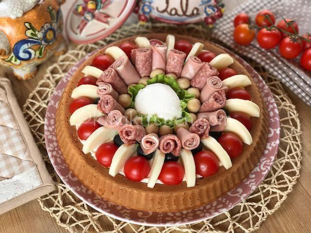 La torta salata con base morbida è uno sfizioso antipasto, di grande effetto, da farcire con salumi a piacere. Ottimo anche a base di pesce.
