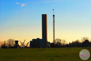 Das ist der Turm von KÄRNAN im Hansa-Park. Darin wird eine 67 Meter tiefe senkrechte Abfahrt stattfinden. Der Turm prägt die Silhouette des Freizeitparks nachhaltig.