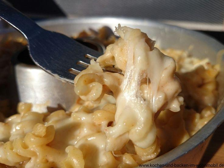Wolhfühlküche vom Feinsten: Nudeln in sämiger Sauce mit Käse überbacken zum Fäden ziehen. Aus dem Omnia Backofen in der Wohnmobilküche.