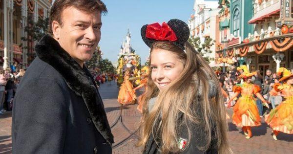 29 de outubro de 2015: Tony Carreira leva filha à Disneyland (FLASH!Vidas) Com: Tony Carreira, David Carreira e Sara Carreira