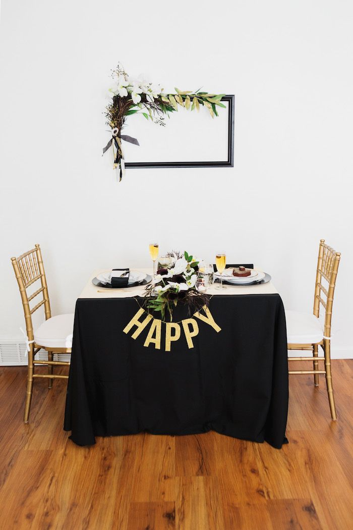 New year 39 s eve party ideas dark black gold and the flowers for What to make for new years eve dinner