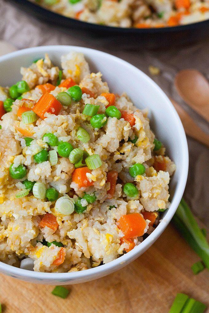 Das Bratreis Grundrezept ist schnell, einfach und verdammt gut. Knuspriger Bratreis, Ei, Karotten, Erbsen und Sojasauce und in 20 Minuten auf dem Tisch!