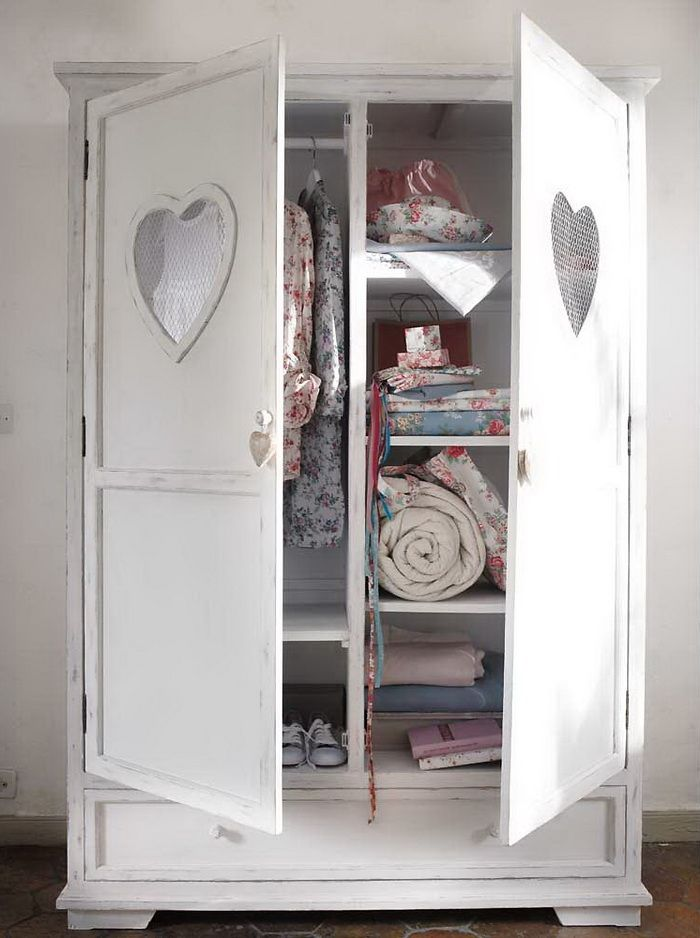 love the heart cut out on the cabinet door...think I must do somewhere!