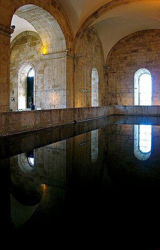 O reservatório Mãe d´ Água das Amoreiras (sec. XIX) recebia e distribuia a água fornecida pelo Aqueduto das Águas Livres. No interior existe uma cisterna de água, com capacidade de 5500 m3 e com 7,5 metros de profundidade. Vale a pena vistar.