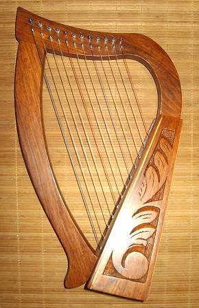 La harpe troubadour Ce modèle de harpe miniature ne possède que 12 cordes (soit une octave et demie) accordées en D majeur. La harpe, bien connue dans lantiquité, a refait son apparition en occident vers le XIIe siècle, mais elle reste cependant linstrument emblématique de la musique irlandaise.