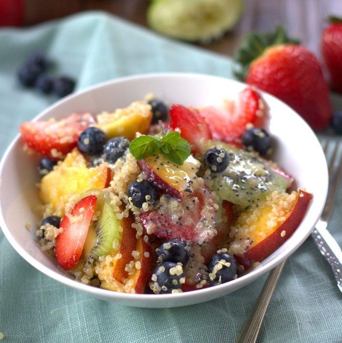 夏の果物とココナッツジンジャーライムポピーシードドレッシングとキノアのサラダ