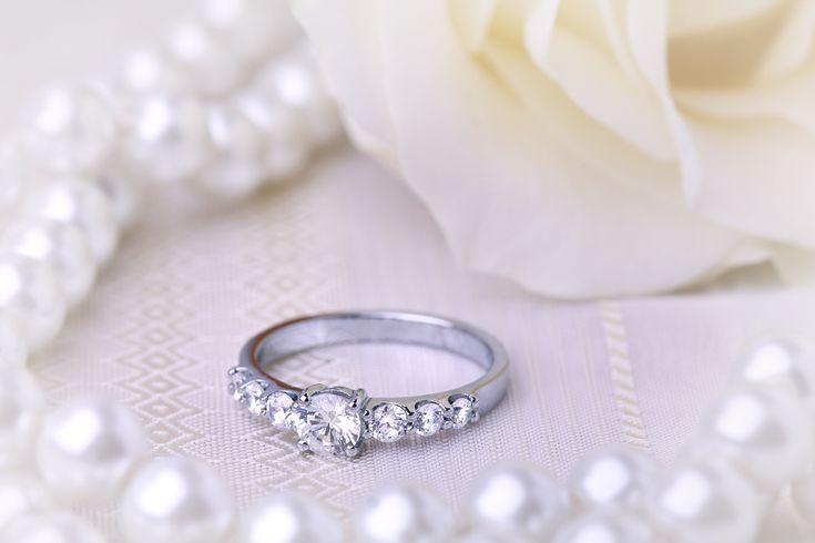 Inel de Logodna cu Mai Multe Diamante/ Solitaire cu Diamante Mici pe Lateral Dama Aur Alb 18kt cu 7 Diamante Forma Rotund Briliant - RD417W