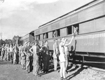 Mariniers zwaaien de cabaretgroep van de Soerabaja Welfare Express uit na hun optreden in Gedangan, de meest vooruitgeschoven post ten zuiden van Soerabaja 1 dec. 1946  (Collectie Maritiem Digitaal NL)