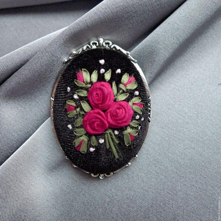 Купить Брошь с вышивкой Розы цвета фуксии - фуксия, брошь на бархате, бархатная брошь