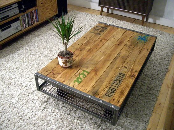 Table basse palette industrielle vintage  http://www.homelisty.com/table-basse-palette/