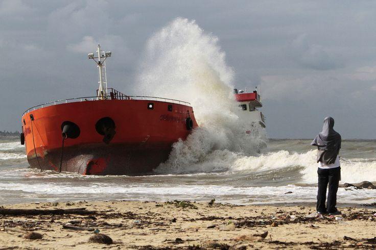 Gelombang laut memukul kapal tanker Indonesia yang kandas di Narathiwat di Thailand Selatan. Kapal tanker itu yang sarat dengan minyak sawit dan sebelumnya dibajak oleh awaknya dan kemudian disita oleh otoritas Thailand, berlabuh sekitar 400 meter dari pantai tapi angin kencang dan gelombang melepaskan kapal itu kembali ke laut.