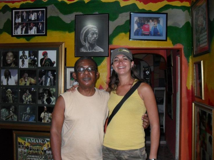 Michelle met Ken Boothe in zijn huis in Kingston (Jamaica)