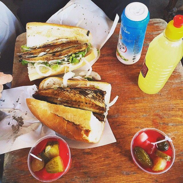 """Le Balik Ekmek ❤️ C'est sain (plein de vitamines), pas cher (5 TL seulement) et délicieux ☀️.  Savez-vous où sont les meilleurs """"restaurants"""" servant ces sandwich au poisson à Istanbul? #istanbul #turquie #turkey #poisson"""